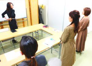 美しい姿勢について指導する松田先生